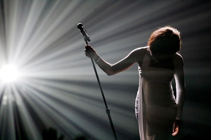 """Whitney Houston bows after performing """"I Didn't Know My Own Strength"""" at the 2009 American Music Awards in Los Angeles, California November 22, 2009.     REUTERS/Mario Anzuoni (UNITED STATES ENTERTAINMENT IMAGES OF THE DAY)"""